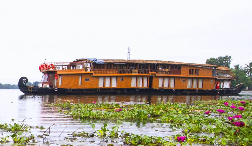 Kerala Backwaters Cruise on the Vaikundam: Life in the Slow Lane